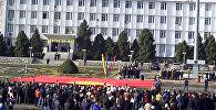 В Оше состоялось торжественное внесение 15-метрового флага Кыргызстана