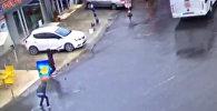 Момент нападения двух террористок на полицейский автобус в Стамбуле