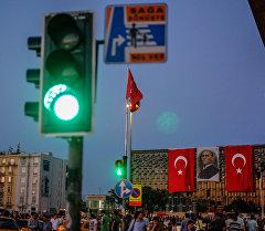 Люди на площади Таксим в Стамбуле. Архивное фото