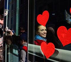 Девушка в трамвае. Архивное фото