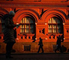 Прохожие на Площади Революци в Москве. Архивное фото