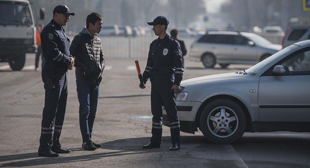 Сотрудники патрульной милиции во время службы. Архивное фото