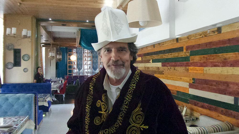 Санта-Барбарадагы Мейсон — Лейн Девис Кыргызстанга балдары менен келип кетти