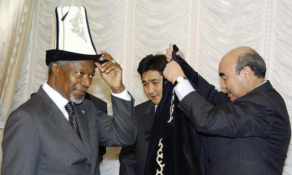 БУУнун мурунку жетекчиси Кофи Аннан Кыргызстанга расмий сапар менен 2002-жылы келген. Өлкөнүн туңгуч президенти Аскар Акаев кыргыздардын меймандостугун көрсөтүүдө