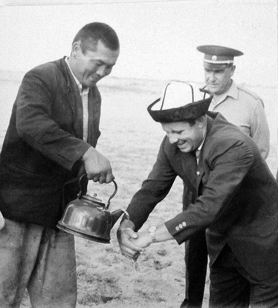 Советский космонавт Юрий Гагарин в калпаке