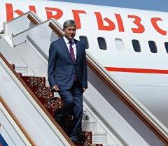 Учактан түшүп жаткан президент Алмазбек Атамбаевдин архивдик сүрөтү