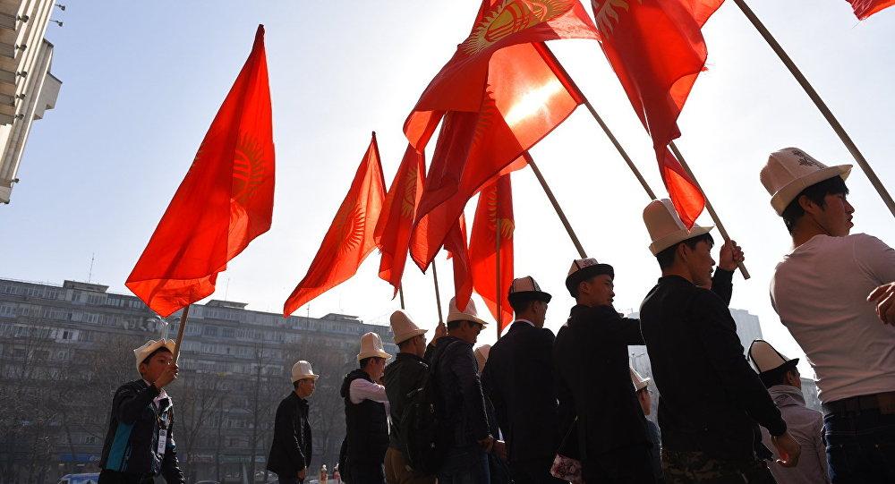 Молодежь с флагом Кыргызстана. Архивное фото