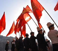Кыргызстандын желегин которгон жаштардын архивдик суроту
