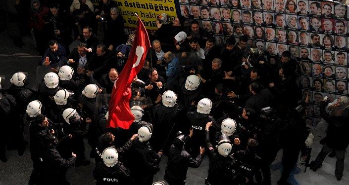 Обыск полицейскими независимой газеты Zaman в Стамбуле