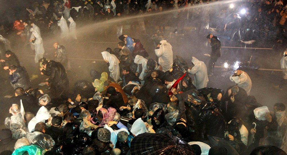 Полиция использует водометы против митингующих, которые вышли в защиту независимой газеты Zaman в Стамбуле. Архивное фото