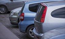 Припаркованные автомобили. Архивное фото
