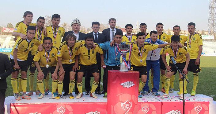 Чемпионы Топ-лиги 2015 года ошский Алай после матча за Суперкубок страны