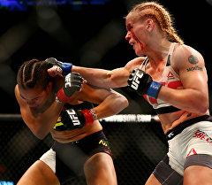 Архивное фото тайбоксера из Кыргызстана Валентины Шевченко во время боя в рамках UFC 196 с представительницей Бразилии Аманды Нуньес