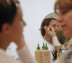 Визажист наносит макияж девушке. Архивное фото