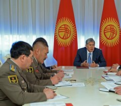Президент Алмазбек Атамбаев аскер түзүмдөрүнүн жетекчилери менен кеңешме өткөрдү.
