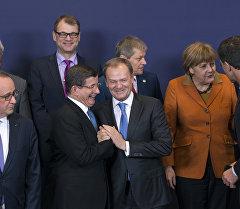 Евро биримдиктин өлкө башчылары жана Түркиянын премьер-министри Ахмед Давудоглу Брюсселдеги саммит учурунда.