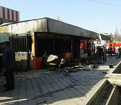 Сгоревший павильон фаст-фуда на на Орто-Сайском рынке