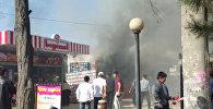 Клубы черного дыма в воздухе — пожар в павильоне на рынке Бишкека