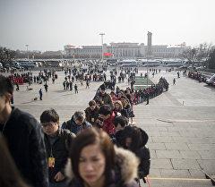 Пекин шаарынын аянтындагы элдер. Архив