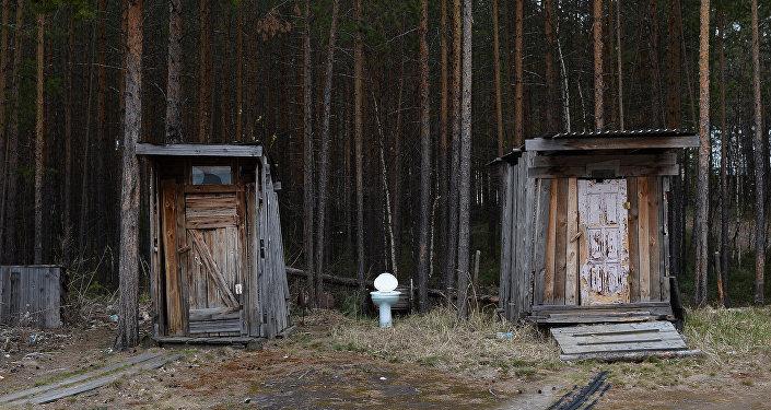 Деревянные туалеты на природе. Архивное фото