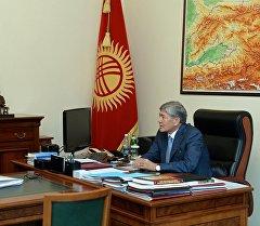 Президент Алмазбек Атамбаев во время встречи с министром сельского хозяйства и мелиорации Турдуназиром Бекбоевым
