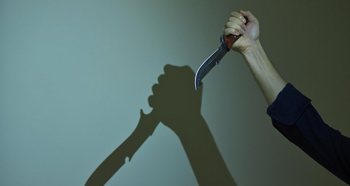 Архивное фото мужчины, который держит нож в руке