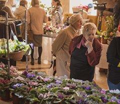 Женщина в одном из цветочных магазинов Бишкека. Архивное фото