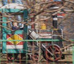 Мальчик на аттракционе в одном из парков Бишкека. Архивное фото