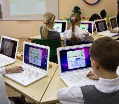 Дети на уроке по информатике. Архивное фото