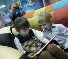 Дети с планшетом. Архивное фото