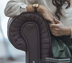 Женщина сидит на диване. Архивное фото