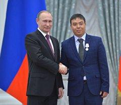 Россиянын президенти Владимир Путин жана кыргызстандык Марат Исаев.