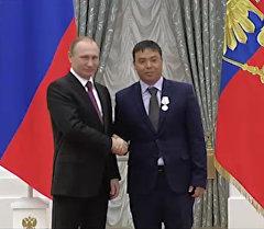 Россия президентинин колунан медаль алган  Исаев Путинге ыраазычылык б