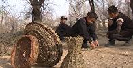 Мальчики в Баткене плетут корзины, чтобы купить тетради для школы