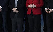 Канцлер Германии Ангела Меркель с членами команды немецкой сборной по гандболу в Берлине. Архивное фото