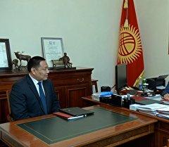 Президент Алмазбек Атамбаев УКМК Антикоррупциялык кызматынын директору Улан Исраиловду кабыл алуу учурунда.