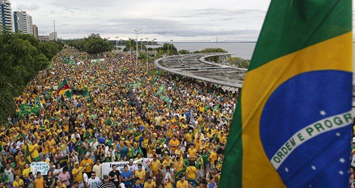 Демонстранты во время акции протеста против президента Бразилии Дилма Руссефф около реки Рио-Негро в Манаусе.