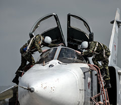 Российский фронтовой бомбардировщик Су-24 готовится к вылету с авиабазы Хмеймим в Сирии.