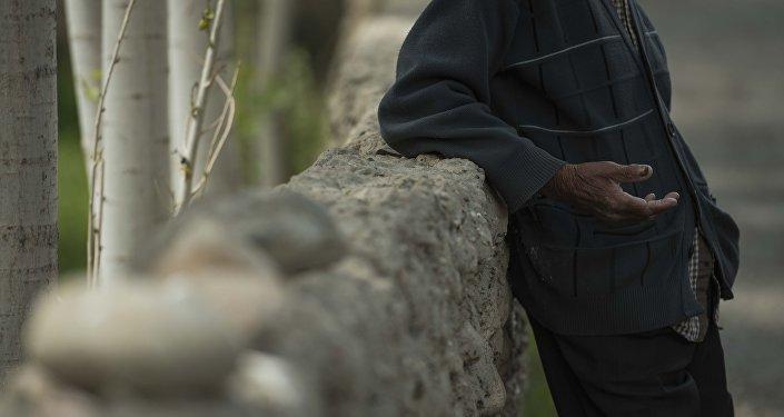 Мужчина в деревне у забора. Архивное фото