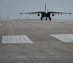Российский фронтовой бомбардировщик Су-24 готовится к вылету с авиабазы Хмеймим в сирийской провинции Латакия. Архивное фото