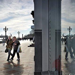 Прохожие на зимней набережной Ялты. Архивное фото