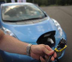 Демонстрация зарядного устройства для электромобиля. Архивное фото