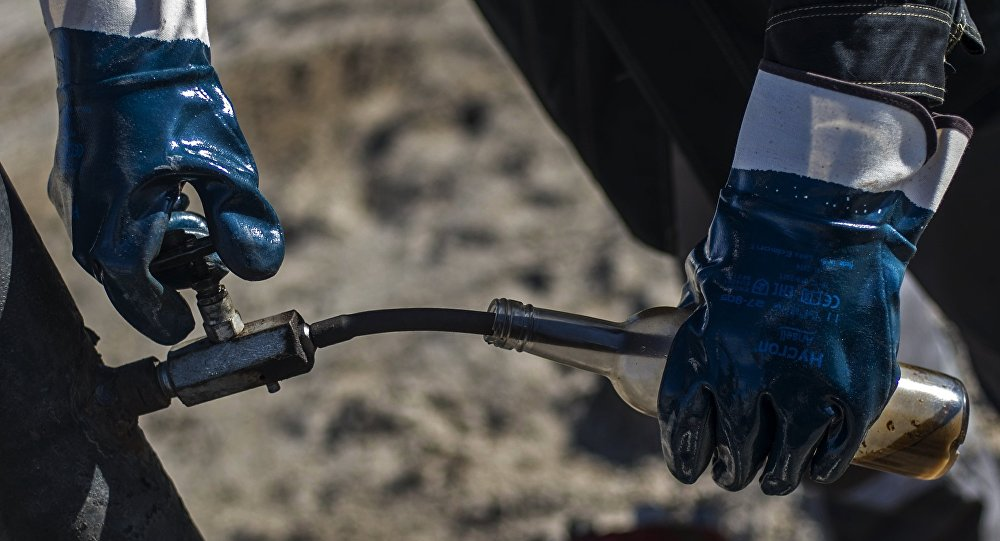 Проверка качества нефти. Архивное фото