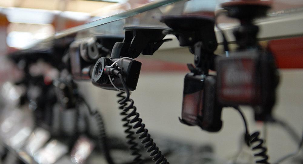 Продажа видеорегистраторов. Архивное фото