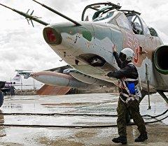 Подготовка штурмовика Су-25 ВКС России на авиабазе Хмеймим в Сирии к вылету. Архивне фото
