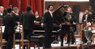 Фортепиано, скрипка. Түрк музыканты симфониялык оркестрдин коштоосунда