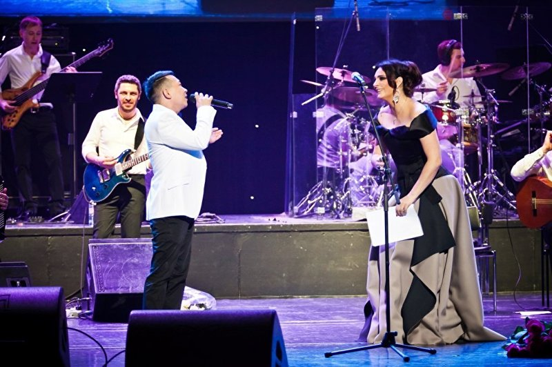 Певец Кайрат Примбердиев выступает не сцене с Еленой Ваенгой