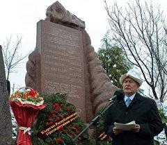 Президент Кыргызстана Алмазбек Атамбаев на реквием-митинге памяти погибших во время Аксыйских событий