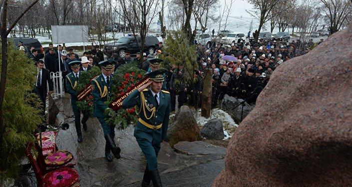 Атамбаев возложил венки к монументу памяти жертв аксыйских событий 2002 года. Была прочтена молитва в память о погибших