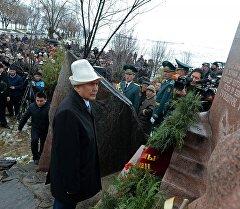 Президент КР Алмазбек Атамбаев во время возложения венка к памяти погибших во время Аксыйских событий